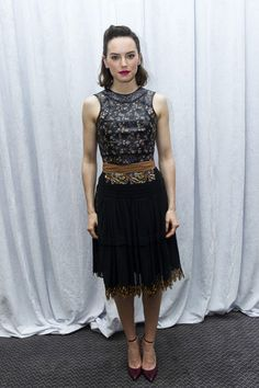 For a [i]Star Wars[/i] photocall in December Daisy wore a pretty printed dress, which she added some attitude to with a gold chunky belt and some fierce makeup. Daisy Ridley Hot, Daisy Ridley Star Wars, Celebrity Photos, Celebrity Style, Non Blondes, English Actresses, Fashion Games, Star Fashion, Women's Fashion