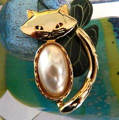 Gold  tone  pearly  cat  pendant  or pin.