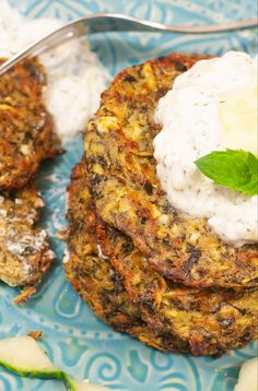 Greek zucchini pancakes - conjure up a holiday on your plate - a pinch of Anna - Mittagessen - Greek Recipes Steak Recipes, Slow Cooker Recipes, Chicken Recipes, Pancake Healthy, Borscht Soup, Creamy Shrimp Pasta, Baked Scallops, Zucchini Pancakes, Zucchini