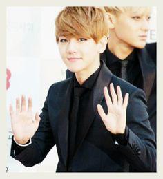 Baekhyun's eyes OMG