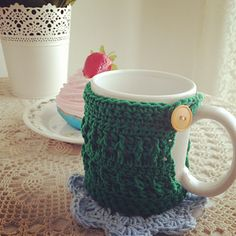 This is a cosy that can fit most mugs. It makes up quickly and uses a small amount of yarn so is good for partial balls and remnants. It uses one button so also can use up those interesting single buttons that you don't know what to do with. ✿⊱╮Teresa Restegui http://www.pinterest.com/teretegui/✿⊱╮