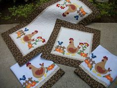 Conjunto para cozinha todo em patchwork com aplicações e bordados. Feito em tecido de algodão, manta, forro e quilt.  Conjunto contém: caminho de mesa, toalha para fogão, 2 panos de copa  Caminho de mesa ( 1.03 x 50) : 95,00 Toalha para fogão ( 50 x 50): 55,00 Pano de copa : 28,00 unidade  Podemos fazer jogos americanos para este conjunto: 28,00 (unidade)  ESTAMPA DO TECIDO PODE SOFRER VARIAÇÃO. R$ 200,00