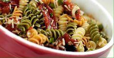 Tricolore pasta met zongedroogde tomaten (of kerstomaatjes),olijven, tonijn, olijfolie & parmesan
