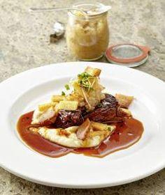 "Geschmorte Rinderschulter – Sellerie – Pancetta – Birnen Chutney - ein Rezept aus Frank Buchholz Food-Pairing-Kchbuch ""Querfeldein"""