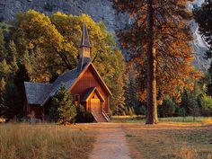 This is Yosemite National Park Chapel. What a beautiful country Church! Old Country Churches, Old Churches, California National Parks, Yosemite National Park, Yosemite California, California Usa, Take Me To Church, Cabin In The Woods, Cathedral Church