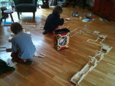 balletjesblaasbaan (kapla, rietje, balletje) Hier thuis. Prachtwerk ook voor in #clubGRONDIG, of in de klas. Bouwen, testen, blazen, richten, aanpassen, verbeteren, moeilijkheidsgraad inschatten, doorzetten en hup naar het volgende level: bouwen, testen, enz. spelen #leren #denken