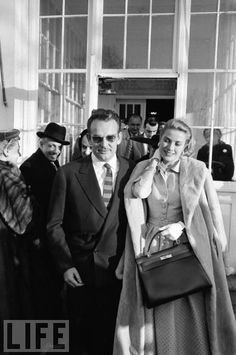 Grace Kelly, diễn viên điện ảnh người Mỹ, cưới công quốc Monaco và trở thành công chúa của đất nước nhỏ bé xinh đẹp này. Bà cũng từng là một biểu tượng thời trang xuất sắc trong những năm 1950s khi mà mỗi phục trang bà khoác lên mình đều tạo cảm hứng và trở thành trào lưu để mọi người bắt chước. Trong ảnh là thời điểm 1956, Grace Kelly cầm chiếc túi Hermes và ngay lập tức nó đã trở thành nổi tiếng và chiếc túi cho đến ngày nay vẫn là sự lựa chọn yêu thích của phụ nữ với tên gọi Kelly.
