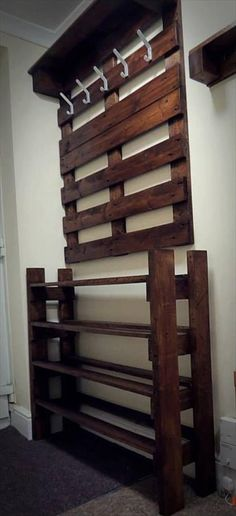 upcycled pallet hallway coat rack and shoes rack - DIY Home Decor Pallet Crafts, Diy Pallet Projects, Pallet Ideas, Home Projects, Hallway Coat Rack, Entryway Shoe Rack, Shoe Rack Bedroom, Hallway Shoe Storage, Pallet Coat Racks