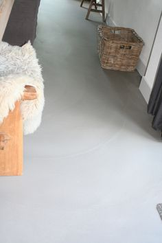 Een Pandomo Loft Design vloer, RAL Project in Limmen. Pandomo Floor, Polished Cement, Cement Walls, Floor Finishes, Loft Design, Shag Rug, Interior Architecture, Floors, Ottoman