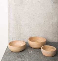 Zestaw trzech misek kuchennych wykonywanych ręcznie z drewna mango. Drewno mango dzięki swojej wielokolorowej strukturze drewna nadaje tym produktom niepowt