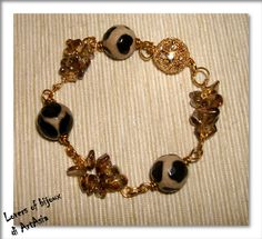 3029/89 Bracciale realizzato a mano, costituito da perle agata di fuoco, composizioni di frammenti di pietre dure, ottone e chiusura dorata con strass magnetica