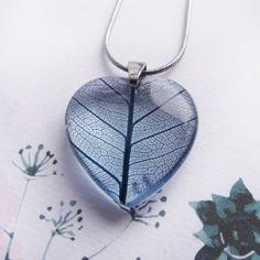 Kék fátyollevél szívmedál Resin Jewelry, Jewellery, Romantic Gifts, Your Boyfriend, Coin Purse, Pendant Necklace, Wallet, Epoxy, Crystals