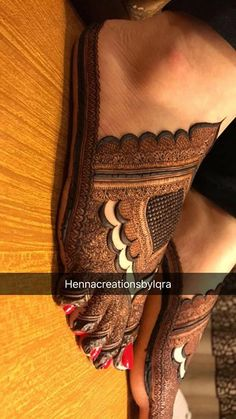 Looks like a slipper so, its so clever Kashee's Mehndi Designs, Wedding Henna Designs, Legs Mehndi Design, Mehndi Designs For Girls, Mehndi Design Pictures, Beautiful Mehndi Design, Stylish Mehndi Designs, Mehndi Images, Tattoo Designs