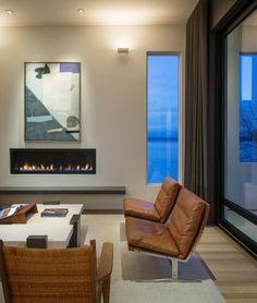 salon-cheminée à bio-éthanol, canapé en cuir et tableau abstrait