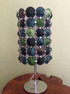 On peut faire de magnifiques objets avec des capsules vides de Nespresso. WAOUW! J'avais encore jamais vu ça. - DIY Idees Creatives