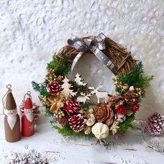 Halloween Yarn Wreath, Xmas Wreaths, Christmas Crafts, Christmas Decorations, Holiday Decor, Creema, Reindeer, Diy And Crafts, December
