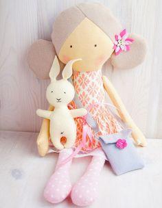 Lalka z króliczkiem.