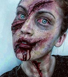 Halloween Zombie makeup is so mainstream. Most of the people want to look scary and zombie like so they try to put on a zombie makeup. Zombie Makeup, Scary Makeup, Sfx Makeup, Costume Makeup, Prom Makeup, Halloween Zombie, Halloween Cosplay, Halloween Face Makeup, Zombie Cosplay