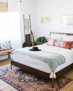 32 Beautiful Bedroom Decor Ideas for Compact Departments; For smart small apartment decorating ideas on a budget, look to accessories. bedroom decor ideas for teens. Cozy Bedroom, Home Decor Bedroom, Modern Bedroom, Bedroom Ideas, Eclectic Bedrooms, Bench In Bedroom, Bedroom Furniture, Bedroom Inspo, Bedroom Colors