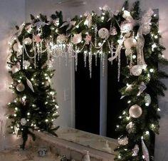 fensterdeko für weihnachten grüne nadelbaumgirlande weihnachtskugeln