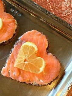 Briciole di Sapori           : Cuori romantici di pane nero, crema di formaggio e...