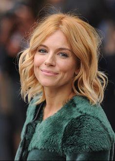 """Sienna Miller gioca con il colore: radici più scure rosse e punte """"strawberry blonde""""."""