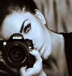 Il l'observe silencieusement. Elle effiloche des rubans noirs et les fixe sur ses cils pour se fabriquer un regard de velours. Il n'en croit pas ses yeux...