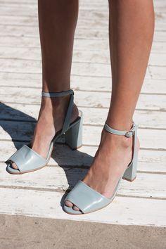 En Mint&Rose queremos mantener viva la tradición de realizar nuestro calzado de forma tradicional. Nuestros artesanos cortan y cosen el calzado siguiendo los mismos procesos originales del siglo pasado. Esta técnica preserva la autenticidad del producto, pues no hay dos pares idénticos. 100% made in Spain.