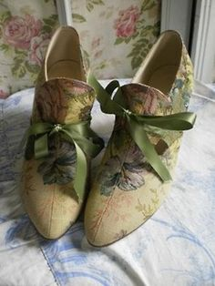 HAND-PAINTED FRENCH PUMPS...