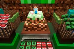 O game Minecraft, que pode ser jogado em computadores, tablets e videogames, é uma febre entre as crianças e começa a ser pedido como tema de aniversários. Nele, a criança constrói mundos, com infinitas possibilidades de combinação de materiais, e lida com seus habitantes. Nessa festa, a decoradora Juliana Fête, da Fête (http://www.fete.net.br/), apostou na reprodução do personagem Creepy com céu no topo e nuvens em formato retangular para a decoração da mesa principal