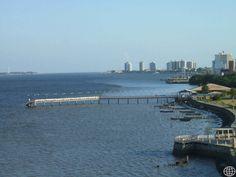 Frente Bairro Industrial no primeiro plano, vendo-se ainda grande parte da orla da cidade de Aracaju no horizonte, até a desembocadura do rio Sergipe