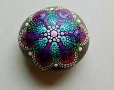 Mandala-Stein handbemalt Rock lila Punkt von P4MirandaPitrone