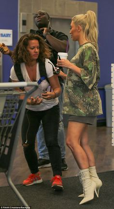 Kim and Kourtney Kardashian flaunt their legs in hotpants at baby shop Kardashian Style, Kardashian Jenner, Kourtney Kardashian, Kardashian Fashion, Kim K Style, Her Style, Blonde Hair Outfits, Kim And Kourtney, Jenner Family