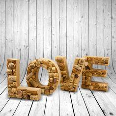 Nápis+LOVE+Tahle+hravá+písmena+nejsou+pouhá+dekorace,+ale+písmena+samotná+mají+v+sobě+vložená+slova+a+obrázky,+nad+kterými+se+můžete+zamýšlet+při+sklence+vína.+Každé+písmeno+je+originál.+Nápis+je+přelakován+bezbarvým+lakem.+Výška+písmen+je+15cm.