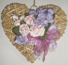 Cuore in vimini naturale con rose rosa e ortensie in pasta di mais