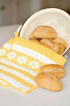 250-7_monsterA-yellow_small Crochet Potholders, Knit Crochet, Knitting Projects, Knitting Patterns, Knitting Humor, Knitting Ideas, Wine Cork Projects, Norwegian Knitting, Fair Isle Knitting