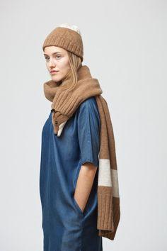 Der große Schal ist durch seine hochwertige und weiche Wolle sehr angenehm zu tragen. In dem Fuchsmaul befindet sich eine starke Klammer, die gleichzeitig als Verschluss dient. Am Ende der Stola...