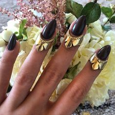 ♅✦✦✦ fïngers ADØRNED ✦✦✦♅ these insane beauties were designed to replicate henna designs and meant to sit directly below the nail bed. Handmade in Brooklyn. Shop direct via link in bio ♅✦✦✦♅✦✦✦♅ #childofwild #midiring #henna #jewelrywithmeaning @nun_nyc