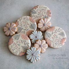 Cookie Crumbs - beautiful decorated cookies from Tokyo's Mint_Lemonade Mother's Day Cookies, Fancy Cookies, Iced Cookies, Cute Cookies, Royal Icing Cookies, Birthday Cookies, Cupcake Cookies, Fondant Cookies, Baking Cookies