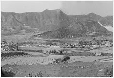 Daegu, Dalseong 달성공단 조성전(논공읍, 본리리, 1970년대)  현재 달성군청청소년센터가 들어서 있는 산비탈면에서 북쪽방향을 보고 촬영한 본리리 마을전경이다. 마을가옥 지붕을 보아서는 지붕개량사업이 완료된 시점으로 보이며 촬영연대는 1970년도 중 후반으로 추정된다. 본리리 중앙에 우뚝 솟은 산은 돌구산으로 현재 공단근린공원으로 조성되어 있으며, 지금은 복개. 정비된 용호천이 이 당시에는 굽이굽이 자연스럽게 흐른 흔적이 어렴풋이 확인된다.