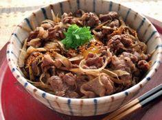 牛丼 - 野永 喜三夫シェフのレシピ。・煮詰め方で味が変わりますので、必ず味を確認してから、ご飯にのせてください。 ・卵黄を加えることで味がまろやかになります。 ・鶏や豚肉でも美味しいですよ。