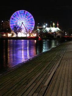 Yarra Ferris Wheel    Ferris wheel on Yarra river, Melbourne.