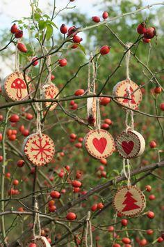 Linecké+cukroví+(ozdoby)+Dřevěné+ozdoby+vhodné+jak+na+vánoční+stromeček,+tak+na+dárky+nebo+jako+dekorace+do+bytu.+Zaručeně+potěší+i+jako+malý+milý+dárek.+Ručně+zdobené,+různé+průměry+(4,5+-+6,5+cm)a+motivy+(vybraný+motiv+napište,+prosím,+do+objednávky).+Cena+je+uvedena+za+1+ozdobu.+Momentálně+k+dispozici+12+kusů.+Možnost+osobního+odběru+v+rámci+Prahy.... Nature Crafts, Fall Crafts, Diy And Crafts, Christmas Crafts, Christmas Ornaments, Flower Wallpaper, Christmas 2017, Xmas Decorations, Diy For Kids