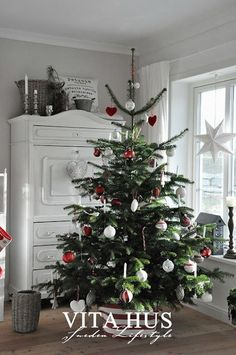 Weihnachtshaus - Home Diy Best Decors Magical Christmas, Christmas Love, Winter Christmas, Christmas Crafts, Christmas Trees, Xmas Tree Decorations, Christmas Aesthetic, Holiday Tree, Scandinavian Christmas