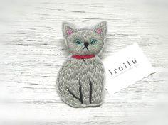 ロシアンブルーのネコの刺繍ブローチ|ブローチ|ハンドメイド・手仕事品の販売・購入 Creema(クリーマ)