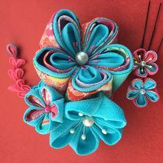 みずいろとピンク柄の友禅ちりめんを使用した可愛らしく華やかな簪です。花全体の大きさ15㎝のコーム簪と小花のUピン2本が付いてます。成人式、卒業式、着物、袴に合わせてはいかがでしょうか。つまみ細工はとても繊細です。水濡れや圧迫は、破損する恐れありますのでご注意下さい。 Japanese Flowers, Japanese Art, Japanese Hairstyle, Kanzashi Flowers, Flower Crafts, Baby Headbands, Diy Hairstyles, 4th Of July Wreath, Fabric Flowers