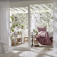 aranżacja małego tarasu,biało-różowa dekoracja balkonu i tarasu,wrzosowa po ściel,drewniane meble na taras,inspiracje na balkon i taras,jak urządzić mały taras,dekorujemy balkony i tarasy,wiosenne dekoracje balkonów i tarasów