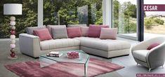 Rózsaszín ülőgarnitúra inspiráció. Sarok ülőgarnitúra rózsaszínű párnákkal. Rózsaszín kiegészítők: rózsaszín szőnyeg, rózsaszín lámpa, rózsaszín fotel inspiráció
