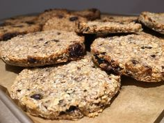 Ein gesunder Snack: Banane-Kokos-Cookies OHNE ZUCKER und OHNE EIER A fantasy. If you thought of this recipe first, I would give it a medal. the cookies are perfect for t Coco Cookies, Oatmeal Cookies, Healthy Sweets, Healthy Snacks, Raw Food Recipes, Sweet Recipes, Yummy Snacks, Yummy Food, Cookies Banane