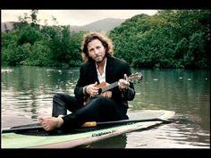 """Eddie Vedder - Society IL CORAGGIO DI CHIEDERSI COSA VERAMENTE VOGLIAMO DALLA VITA """"Oh, è un mistero per me. Abbiamo un'avidità che abbiamo accettato Pensi di dover volere più del necessario Finché hai tutto non sarai libero"""". """"Eddie Vedder (Pearl Jam) autore della musica dal film bellissimo INTO THE WILD. che racconta la storia vera di Chris McCandless"""", un giovane uomo che abbandona una vita di agi e una strada già """"spianata"""", per trovare i veri valori ed il vero perchè della vita, troverà…"""